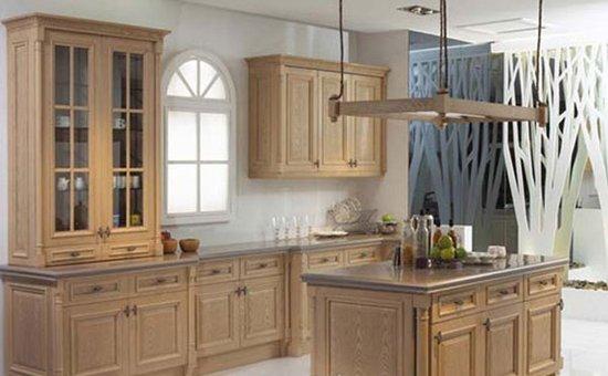 随着人们生活水准的提高,实木橱柜在家装市场日益流行,并在市场上逐渐被消费者接受。其实实木类的家具,整体价格偏高,卖场中不少消费者会感叹真贵,日后使用可得小心注意保养! 实木橱柜保养秘诀大放送 实木橱柜保养秘诀一:现在实木橱柜有两种,传统的硬木家具一般表面没有漆层,只是烫蜡。现在新生产的实木橱柜表面有大漆或者清漆保护。不同处理的实木橱柜保养秘诀有差别。 实木橱柜保养秘诀二:实木内有含水,空气湿度过低时实木橱柜会收缩,过高时会膨胀。一般实木橱柜生产时就有升缩层,但是使用摆放时应该注意,不要放在过于潮湿或者